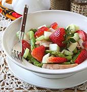 Салат из клубники и спаржи