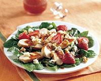 Клубничный салат с филе курицы