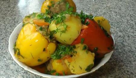 Перец, фаршированный сливами, морковью и рисом